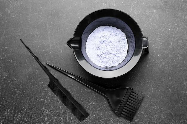 Kit profissional para tingimento de cabelo em fundo escuro