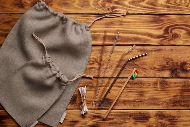 Kit zero waste para compras, higiene pessoal e cozinha. postura plana. fundo de madeira