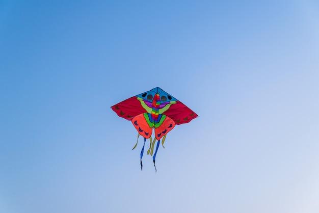 Kite colorido brilhante voando no céu azul claro