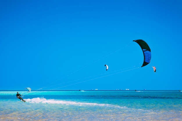 Kiter deslizando sobre a superfície do mar vermelho.