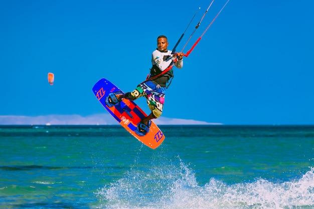 Kitesurfer voando sobre o mar vermelho. egito.