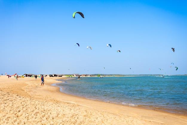 Kitesurfistas na praia de kalpitiya