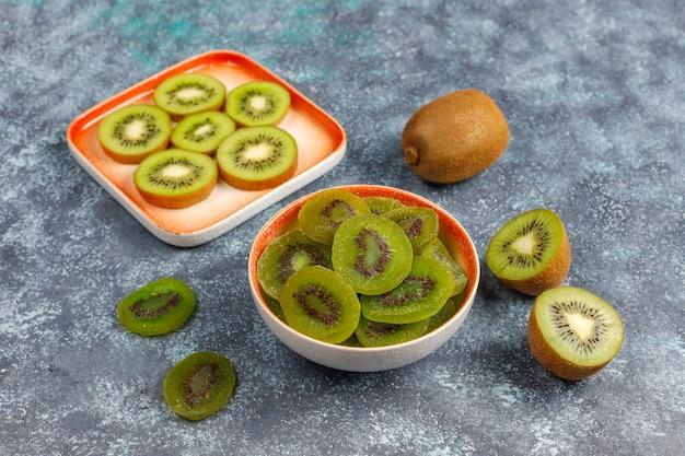 Kiwi caseiro seco com kiwi fresco.