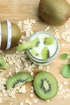 Kiwi com iogurte batido