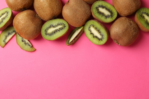 Kiwi doce maduro na superfície rosa