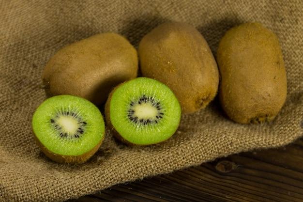 Kiwi em saco na mesa de madeira