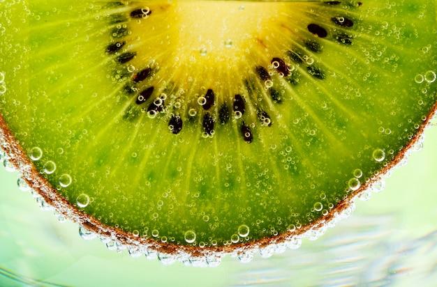 Kiwi fatiado com bolhas