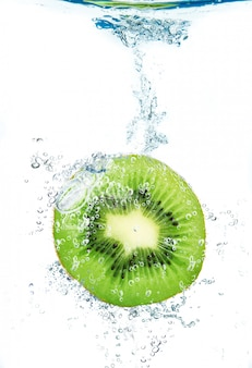 Kiwi fresco caindo na água