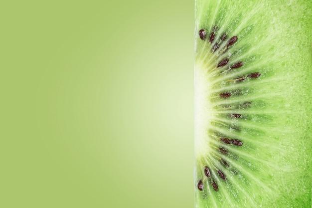 Kiwi fresco isolado no verde