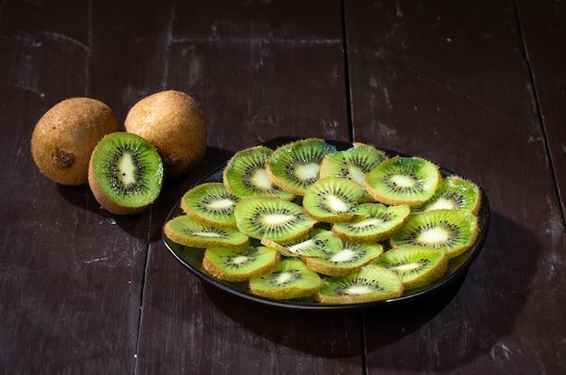 Kiwi integral maduro saudável e meio kiwi