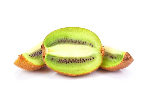 Kiwi inteiro maduro e metade kiwi isolado na superfície branca