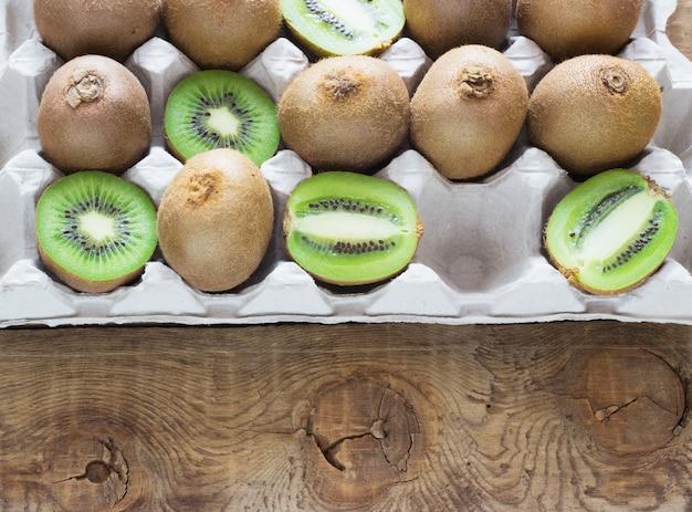 Kiwi suculento em uma bandeja na superfície de madeira