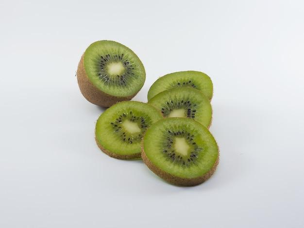 Kiwifruit no fundo branco.