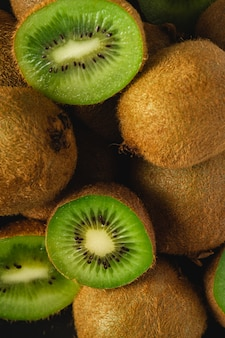 Kiwis cortados metade close-up macro, estilo de vida saudável e comida, cor verde vibrante
