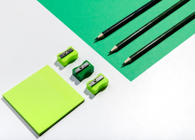 Knolling conceito com notas autoadesivas e acessórios em tons de verde