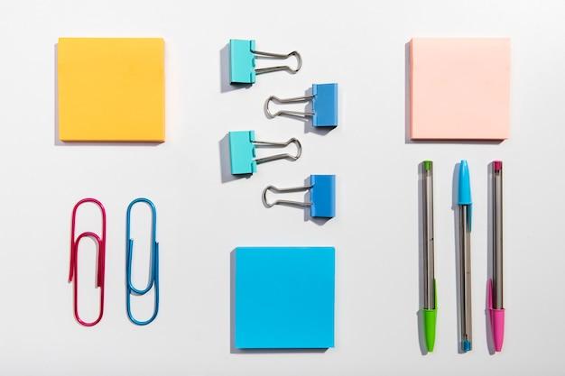 Knolling conceito com notas autoadesivas e clipes de papel