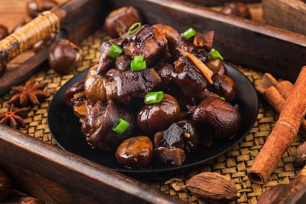 Knuckle de porco assado de castanha da cozinha chinesa