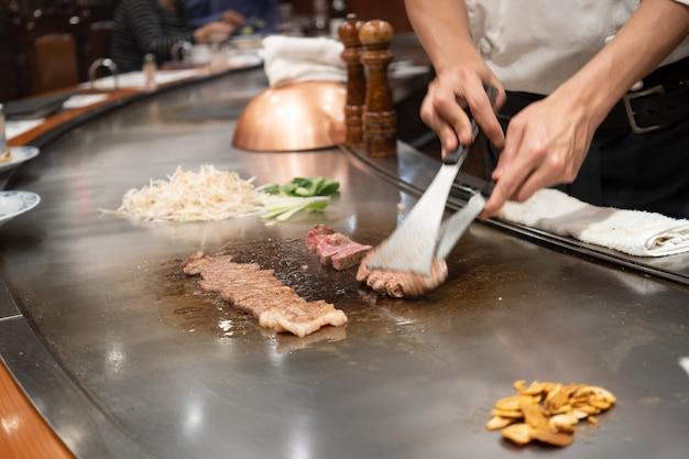 Kobe beef steak chef japonês cozinhando kobe beef steak na churrascaria wagyu em gourmet de rua