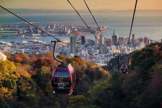 Kobe ropeway com a paisagem urbana de horizonte ao pôr do sol