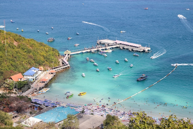 Koh lan, tailândia-fevereiro 9,2014: a visita do turista e o barco da velocidade param na praia em koh lan, porque a praia a mais bonita.
