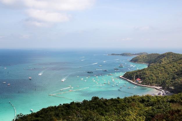 Koh lan, tailândia-fevereiro 9,2014: a vista do mar e o barco da velocidade param na praia em koh lan, porque a praia a mais bonita.