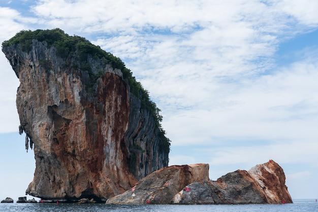 Koh talu, na província de krabi, desabou devido a desastres naturais.
