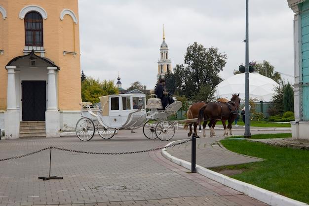 Kolomna rússia 25 de setembro de 2021 dois cavalos atrelados a uma carruagem vintage na praça kolomna