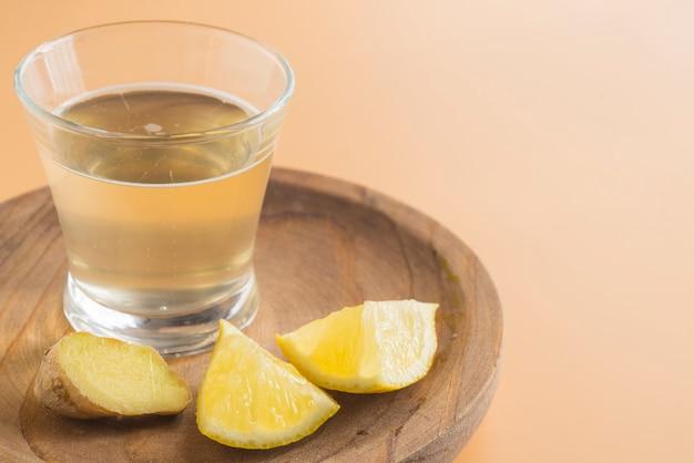 Kombucha de gengibre e limão em vidro