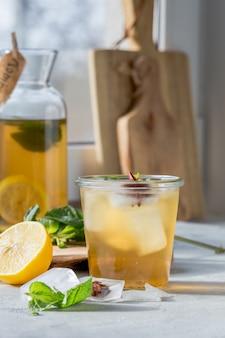 Kombucha ou cidra bebida fermentada em garrafa. bebida probiótica
