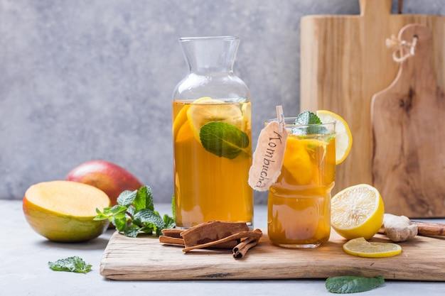 Kombucha saudável com limão e canela.