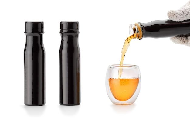 Kombuchá servindo copo de chá de parede dupla