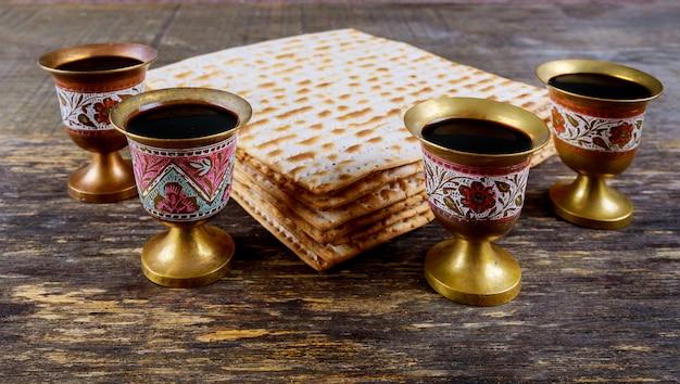 Kosher quatro copos vinho feriado matzoth celebração matzoh pão de páscoa judaica