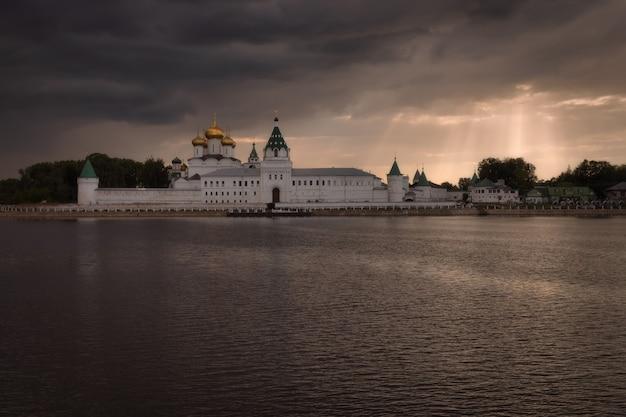 Kostroma rússia mosteiro da santíssima trindade ipatiev sob uma nuvem de tempestade