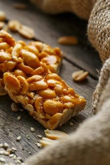Kozinaki assorted ,, com tecido de serapilheira. estilo sertanejo. doces deliciosos das sementes de girassol, gergelim e amendoim, cobertos com esmalte brilhante.