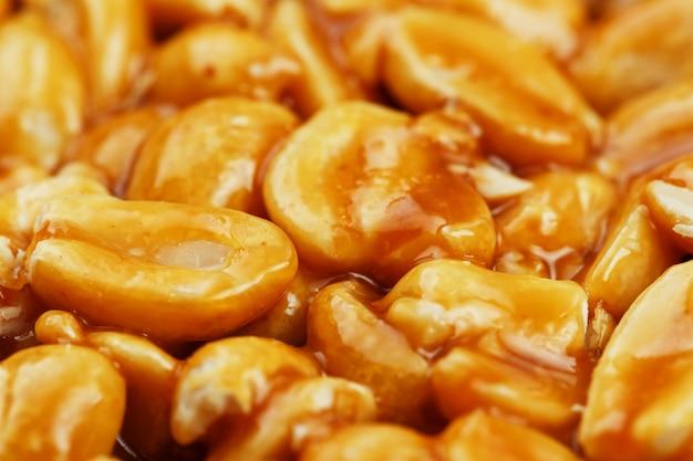 Kozinaki de grãos de amendoim torrados dourados
