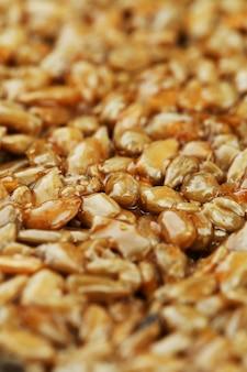 Kozinaki de sementes de girassol douradas e torradas. tiro macro,