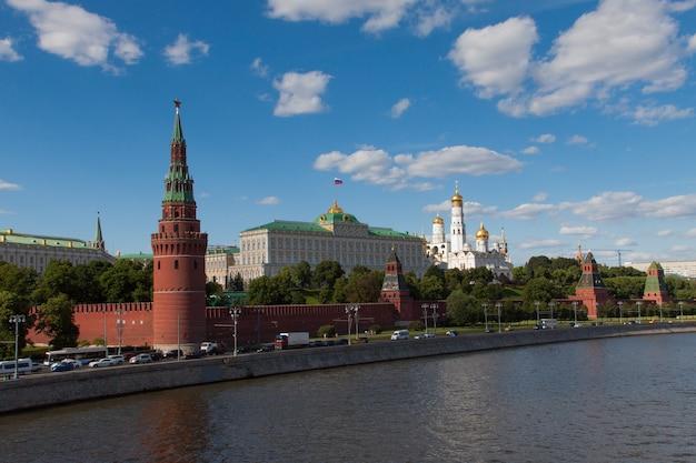 Kremlin de moscou às margens do rio moscou, rússia. bela vista do famoso centro de moscou no verão. paisagem da cidade de moscou à noite.