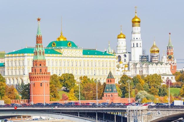 Kremlin de moscou em dia ensolarado de outono