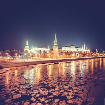 Kremlin de moscou em noite de inverno. rússia