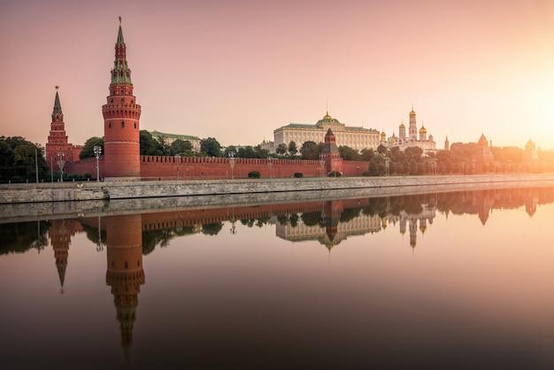Kremlin de moscou, o aterro do kremlin com um reflexo no espelho na água do rio moscou