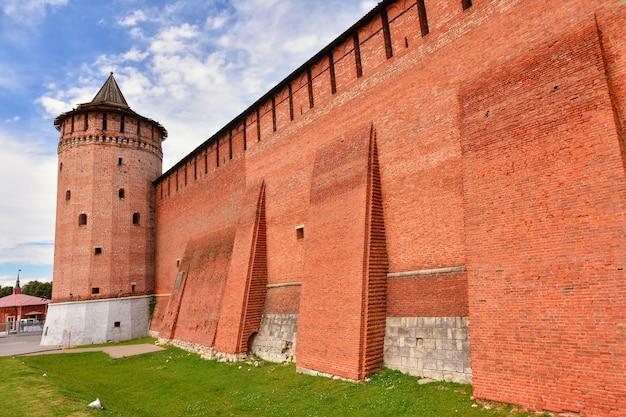 Kremlin em kolomna, fortaleza vermelha, parede vermelha, alvenaria de uma antiga fortificação