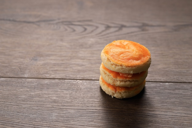 Kue kacang ou bolos de amendoim são um clássico bolo tradicional da indonésia, os principais ingredientes são amendoim, margarina e farinha, servidos no eid, foco seletivo