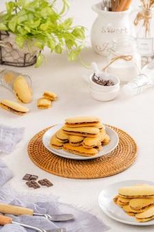 Kue lidah kucing é um pequeno biscoito indonésio com a forma de uma língua de gato longa e achatada