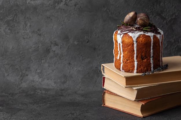 Kulich assado bolo de páscoa fica em livros