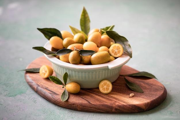 Kumquats de laranja orgânicos crus em uma tigela