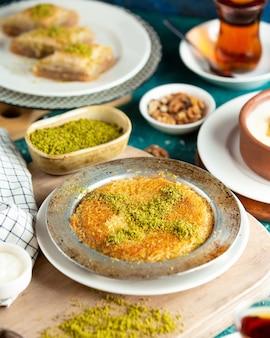 Kunefe tradicional turca no prato