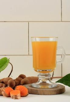 Kunyit asam é uma bebida à base de ervas tradicional da indonésia para mulheres. feito de cúrcuma, tamarindo e outras ervas