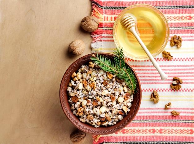 Kutia ou kutya é um prato cerimonial de grãos com molho doce tradicionalmente servido por cristãos ortodoxos orientais