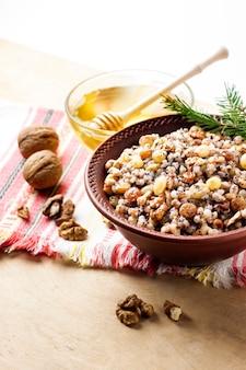 Kutia ou kutya é um prato de grãos cerimoniais com molho doce