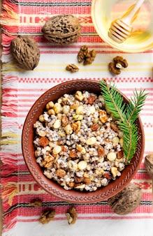 Kutya é um prato cerimonial de grãos com molho doce, tradicionalmente servido por cristãos ortodoxos orientais durante a temporada de férias de natal e como parte de um banquete fúnebre. vista superior plana